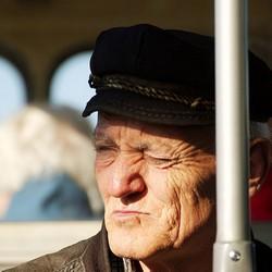 Особенности лечения катаракты у пожилых людей: цена в Москве